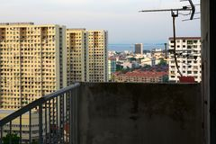 Complexe die gebouwen op televisieantenne worden gericht vóór en overzees stock fotografie