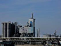 Complexe industriel sous un ciel bleu à midi élevé Photo stock