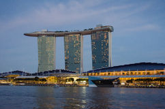 Complexe luxueux de Marina Bay Sands au coucher du soleil Photo libre de droits
