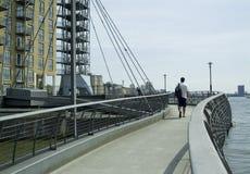 Complexo amarelo do cais das zonas das docas de Inglaterra Londres foto de stock royalty free