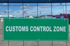 Complexo atrás do sinal verde, zona da logística de controle da alfândega Imagem de Stock Royalty Free