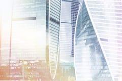Complexo da cidade de Moscou do prédio de escritórios do arranha-céus Tecnologia do negócio Fundo moderno da arquitetura da cidad fotografia de stock royalty free