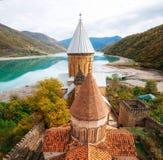 Complexo da fortaleza do castelo de Ananuri, Geórgia Marcos Georgian imagem de stock
