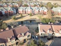 Complexo de apartamentos da vista aérea perto do canal em Irving, Texas, EUA imagens de stock royalty free