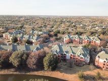 Complexo de apartamentos da vista aérea perto do canal em Irving, Texas, EUA imagem de stock