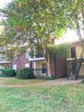 Complexo de apartamentos de duas histórias em Dallas Fort Worth suburbano, Texas fotografia de stock