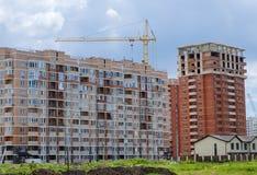 Complexo de casas residenciais do arranha-céus e do único-andar fotos de stock royalty free