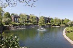 Complexo de Condoninium com lago imagem de stock royalty free