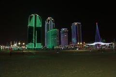 Complexo de Grozny Grozny da cidade dos arranha-céus na noite nas luzes de néon Imagens de Stock Royalty Free