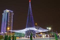 Complexo de Grozny Grozny da cidade dos arranha-céus na noite nas luzes de néon Imagem de Stock