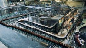 Complexo do transporte da fábrica da destilaria que relocating garrafas filme