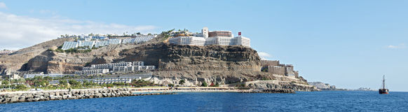 Complexo moderno do hotel na costa do penhasco de Puerto Rico Fotografia de Stock Royalty Free