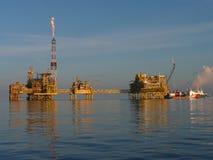 Complexo a pouca distância do mar do petróleo & do gás imagens de stock
