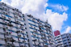 Complexo residencial do multi-andar retro do estilo foto de stock