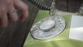Componendo su un telefono d'annata archivi video