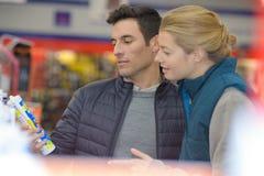 Componente de compra de sorriso da selagem do cliente do homem na loja do agregado familiar imagem de stock