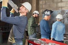 Componente de controlo da metalurgia do trabalhador da indústria fotos de stock