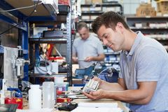 Componente de In Factory Measuring do coordenador no banco de trabalho usando o Micr imagem de stock royalty free