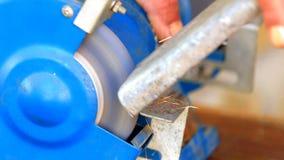 Componente del metallo della macinazione del lavoratore sulla smerigliatrice del banco archivi video