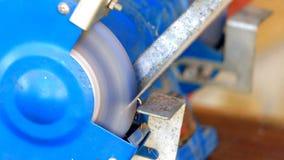 Componente del metallo della macinazione del lavoratore sulla smerigliatrice del banco video d archivio