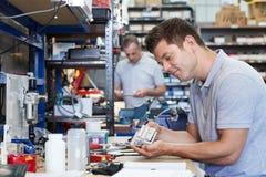 Componente di In Factory Measuring dell'ingegnere al banco da lavoro facendo uso di Micr immagine stock libera da diritti