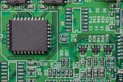Componente electrónico en el circuito eléctrico fotos de archivo libres de regalías