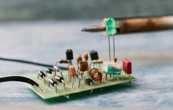 Componente elettronico sul circuito stampato immagine stock libera da diritti