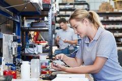 Componente femenino de In Factory Measuring del ingeniero en el banco de trabajo Usi fotografía de archivo