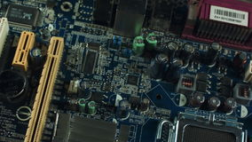 Componenten van de motherboard close-up, de satagroeven en RAM, heatsink koeler stock videobeelden