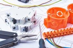 Componenten voor gebruik in elektrische installaties Besnoeiingsbuigtang, schakelaars, zekeringen en draden Toebehoren voor het t Stock Foto's