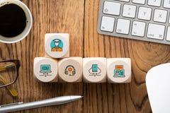 Componentes da aprendizagem digital como ícones em cubos imagem de stock