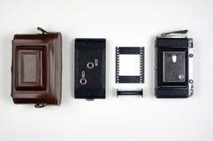 Componentes da câmera do filme do Rangefinder do vintage organizados em um fundo branco imagens de stock