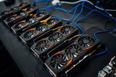 Componentes de mineração criptos da moeda com placas gráficas e gpu O Internet conectou o ethereum, o bitcoin e os altcoins da mi imagem de stock royalty free