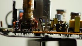 Componentes de radio en el primer electrónico del tablero de la rotación metrajes
