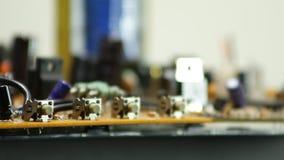 Componentes de radio en el primer electrónico del tablero de la rotación almacen de video