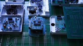 Componentes de radio en tablero electrónico almacen de video