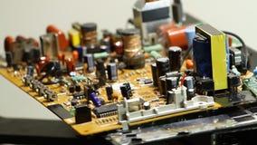 Componentes de radio en tablero electrónico de la rotación en la fábrica de la electrónica metrajes