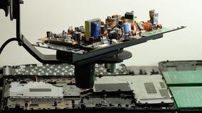 Componentes de radio en tablero electrónico de la rotación en la fábrica de la electrónica almacen de metraje de vídeo