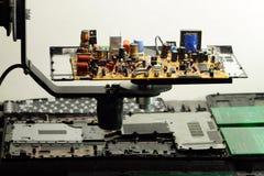 Componentes de radio en tablero electrónico en la fábrica de la electrónica fotografía de archivo libre de regalías