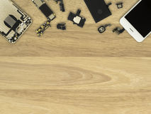 Componentes de Smartphone en fondo de madera fotografía de archivo libre de regalías
