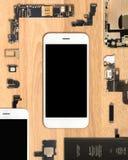 Componentes de Smartphone en fondo de madera fotografía de archivo