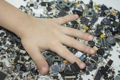 Componentes de SMT e uma mão da criança neles imagens de stock