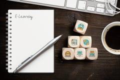 Componentes del aprendizaje digital como iconos en los cubos y la palabra 'aprendizaje electrónico ' imágenes de archivo libres de regalías