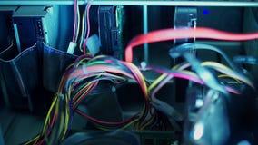 Componentes do PC em cabos distribuidores de corrente dos discos rígidos, dos dados e da poeira, dentro de um computador, close-u filme