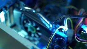 Componentes do PC na poeira que a placa de vídeo dentro do computador não trabalha, o fã empoeirado video estoque