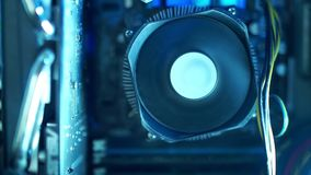 Componentes do PC no close-up que da poeira o fã começa girar e refrigerar o unidade central de processador filme