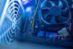 Componentes do PC no fã macro do processador central da poeira Não trabalha, grade do fã do motopropulsor, poeira voa ao redor fotografia de stock
