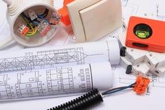 Componentes eléctricos, accesorios para dirigir trabajos y diagramas imágenes de archivo libres de regalías