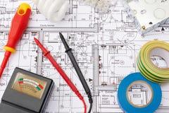 Componentes eléctricos dispuestos en planes de la casa Imagen de archivo