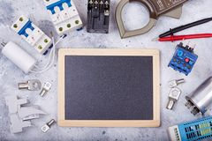 Componentes elétricos e peças do equipamento e do spre e espaço vazio para o texto fotografia de stock